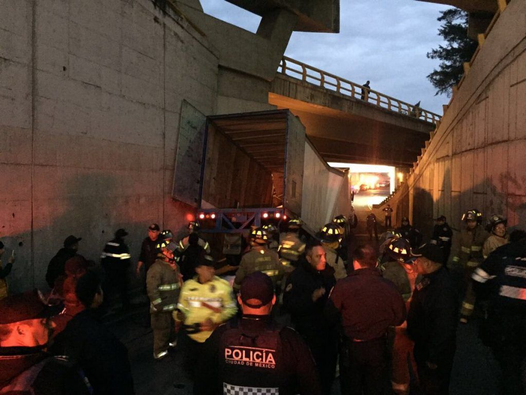 Tráiler queda atorado en puente de Paseo de la Reforma y Constituyentes