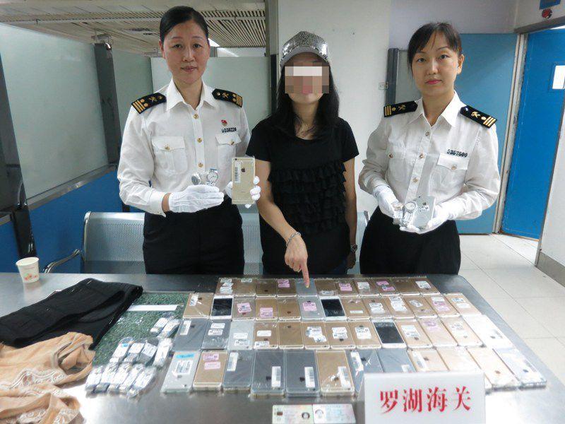 Detienen a mujer con 102 iPhones pegados al cuerpo