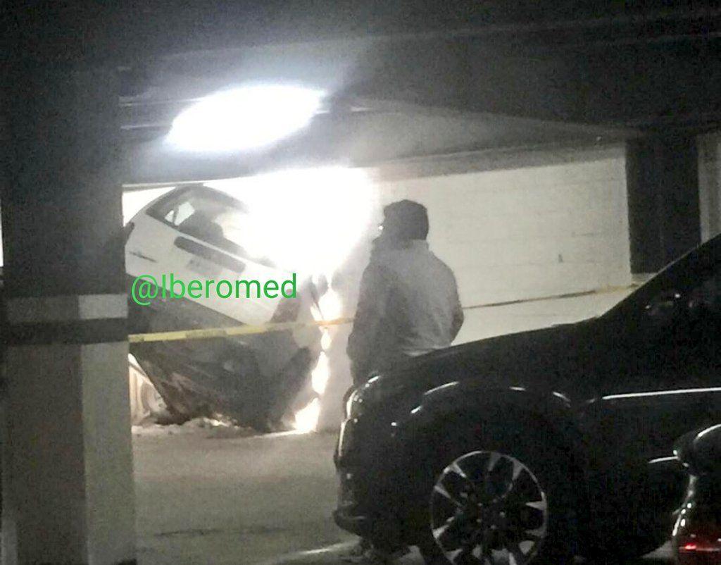 Rescatan camioneta a punto de caer de estacionamiento
