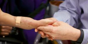 Niño que recibió trasplante de manos asegura estar agradecido