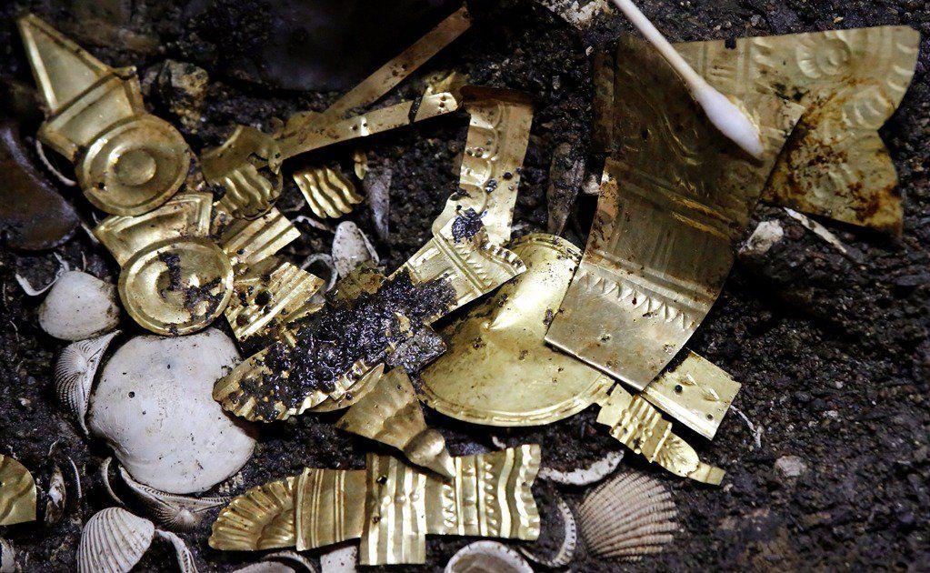 Encuentran lobo real cubierto de oro en tesoro de CDMX
