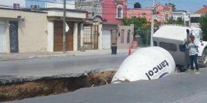 Revolvedora de concreto cae a socavón en Reynosa