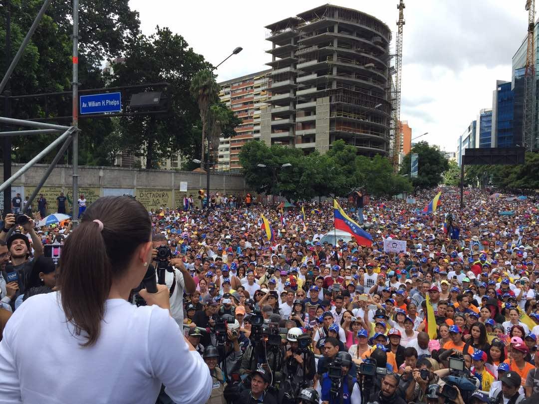Pide EU a diplomáticos y familias salir de Venezuela