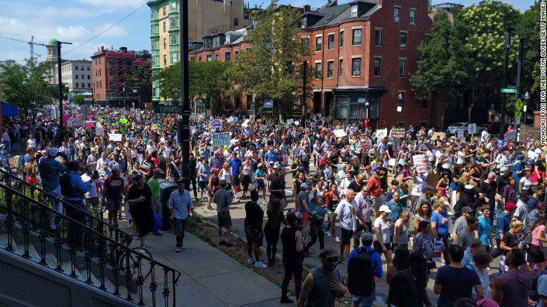 Multitudinaria marcha en Boston contra la manifestación de los grupos nacionalistas