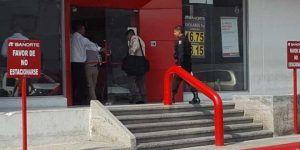 Roban 700 mil pesos afuera de banco en Nuevo León