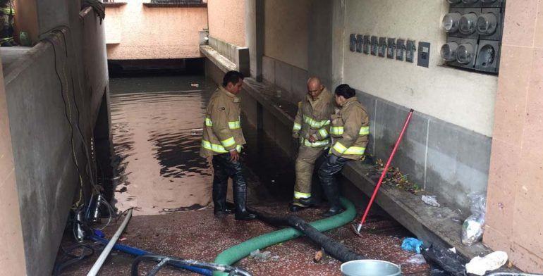 Fallece mujer dentro de puesto de periódicos inundado en CDMX