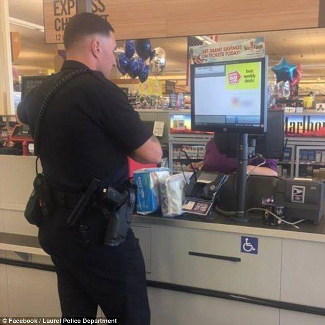 Policía compra pañales a mujer que intentó robarlos antes