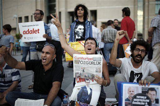 Turquía ordena detener a 35 periodistas