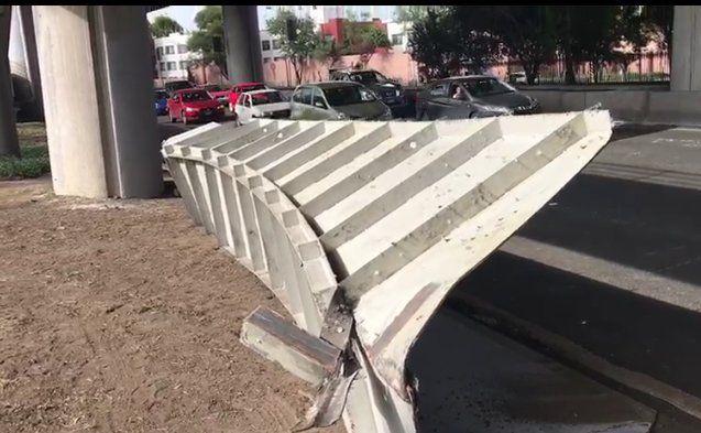 Cae estructura en carriles centrales del Periférico #VIDEO