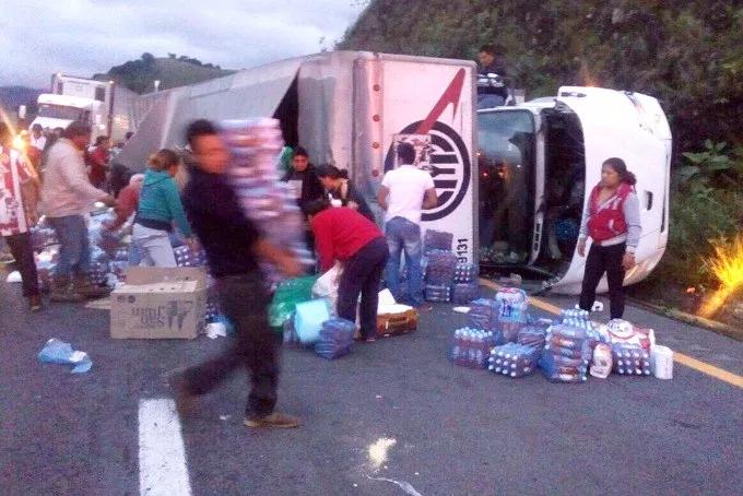 Saquean camión con víveres para damnificados de Oaxaca
