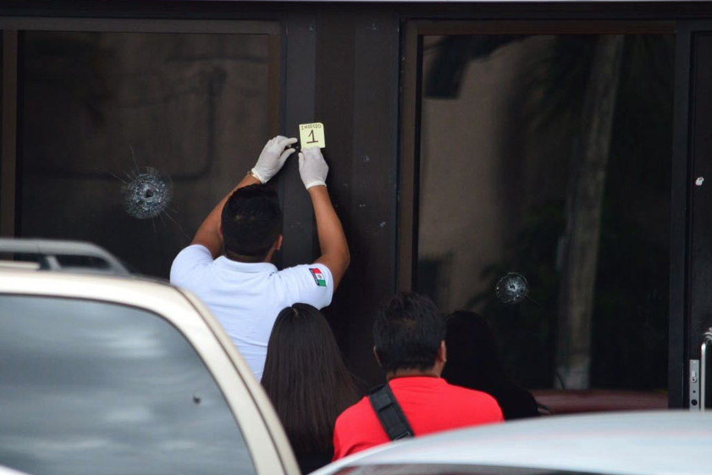 Disparan a sede de televisora en Cancún; reportan un herido