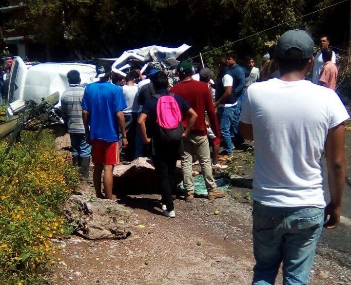 Atiende Astudillo a afectados por el desprendimiento de roca en Taxco