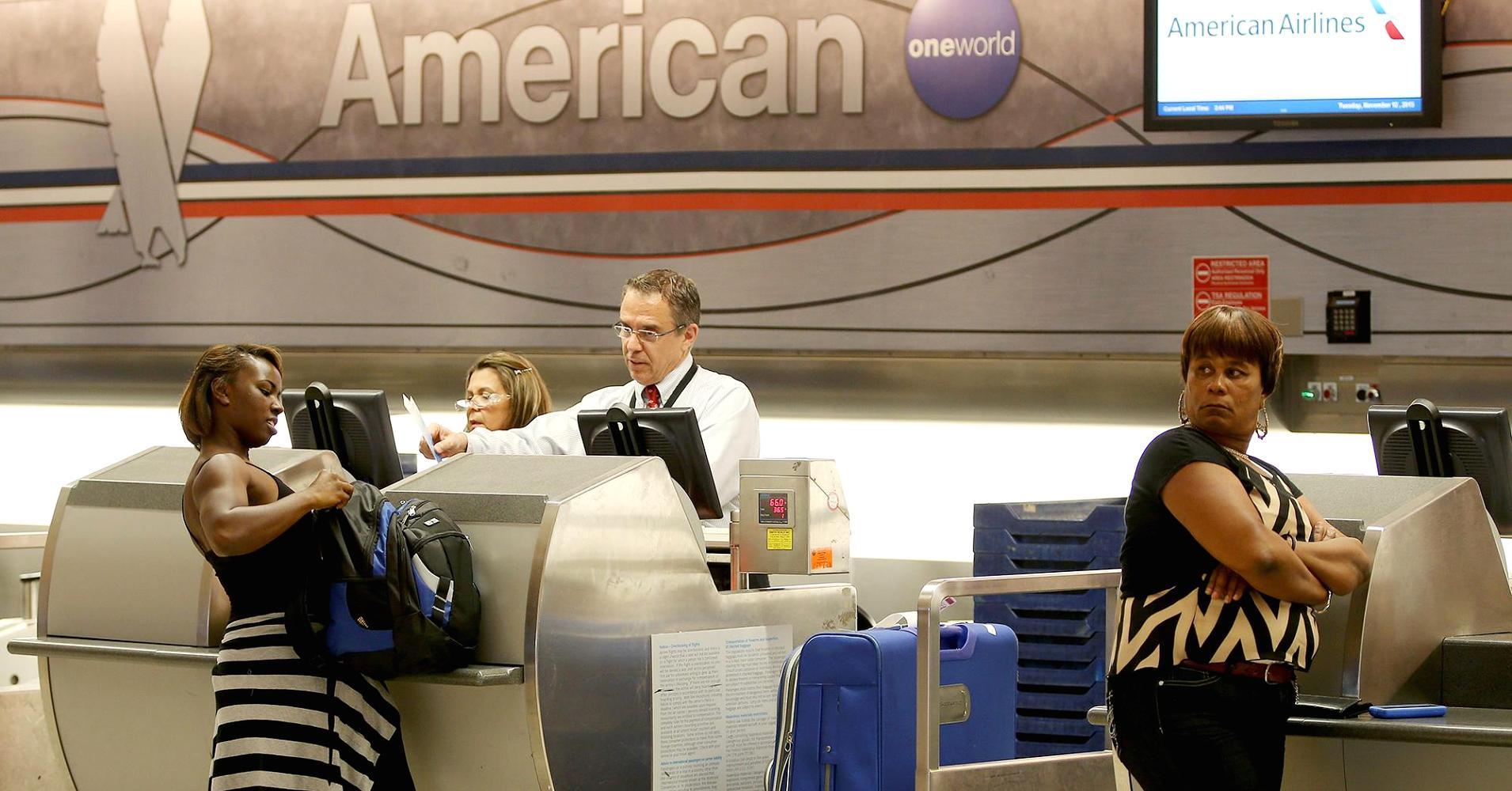 Alertan trato racista de American Airlines hacia viajeros