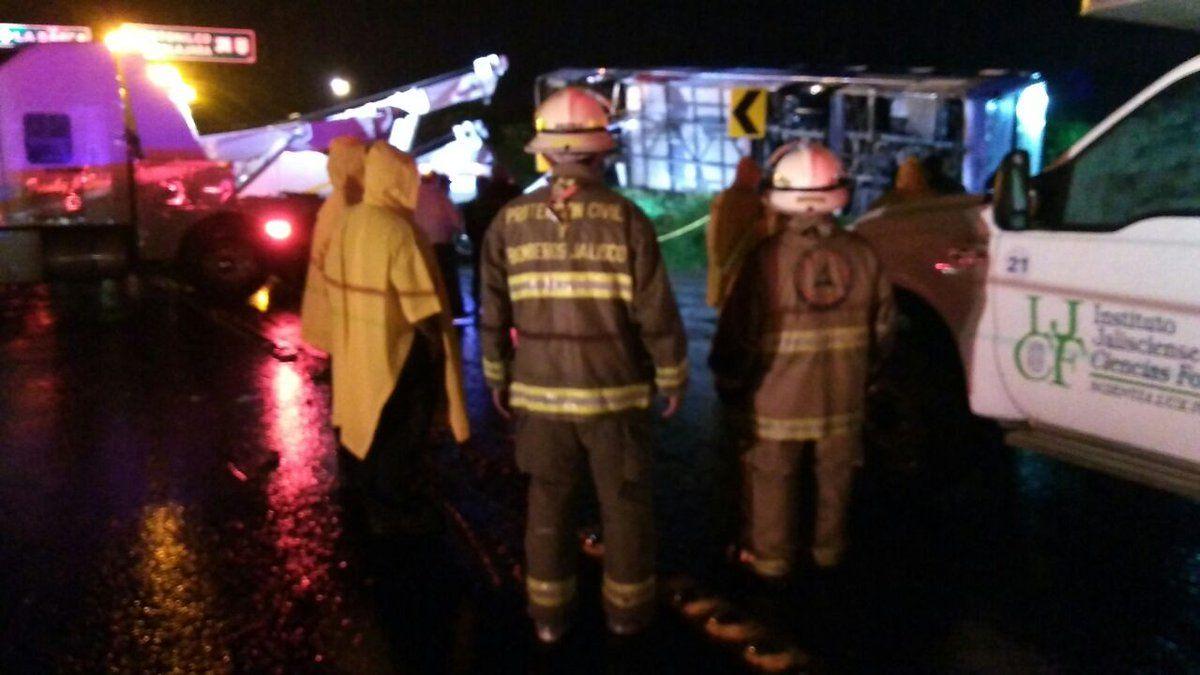 15 fallecidos deja volcadura de peregrinos en Jalisco