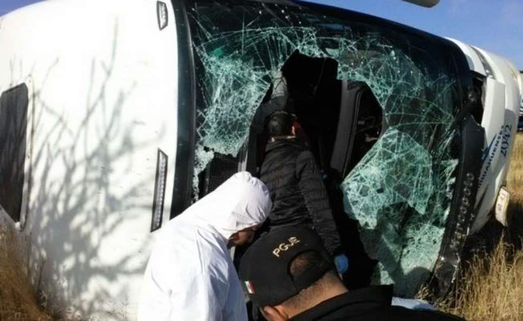 Trágico choque entre carroza y autobús; 6 muertos