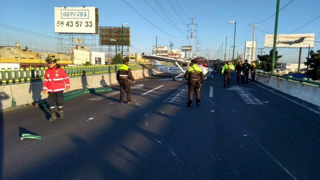 Aterriza avioneta… ¡en pleno boulevard de Toluca! (Videos)